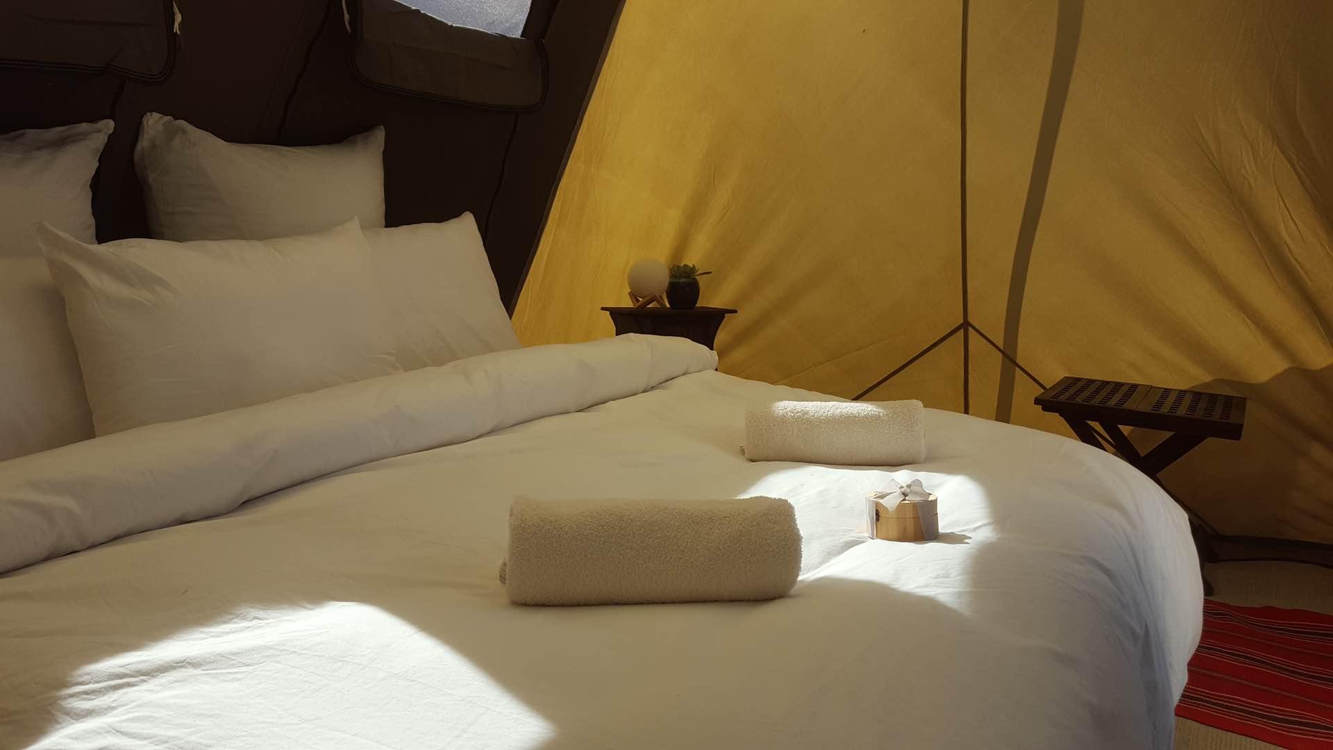 מיטה זוגית במחנה יוקרתי ליד מצפה רמון