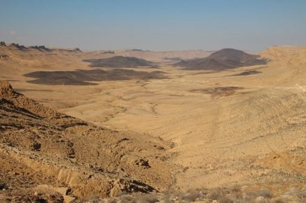 תצפית על מערב מכתש רמון מכיוון מעבר ערוד במהלך טיול ג'יפים בהר הנגב הגבוה